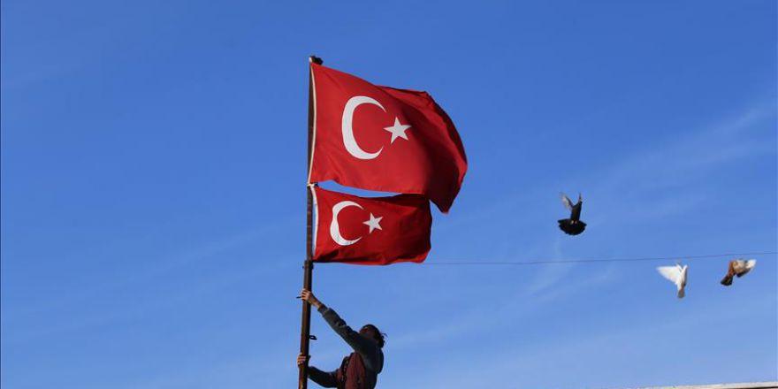 Sınır mahallesinde evlere Türk bayrağı asıldı
