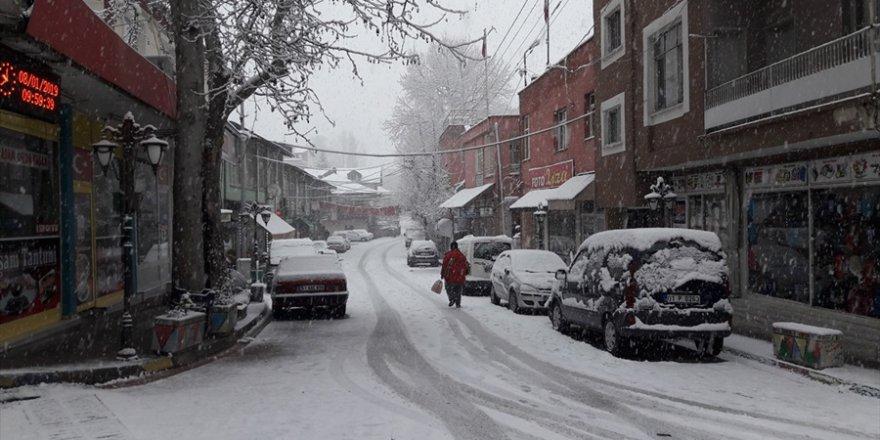 Adana'da yüksek kesimlerde kar yağışı
