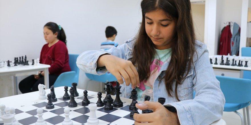 Adana Gençlik merkezi her yaştan insanın uğrak yeri oldu