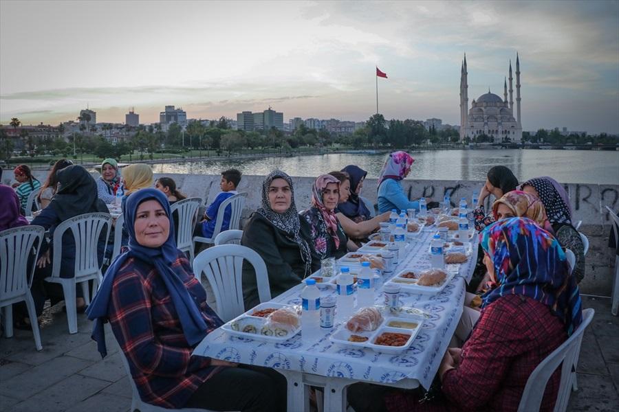 Taş Köprü'de iftar.. 1