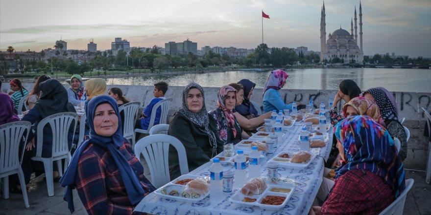 Taş Köprü'de iftar..