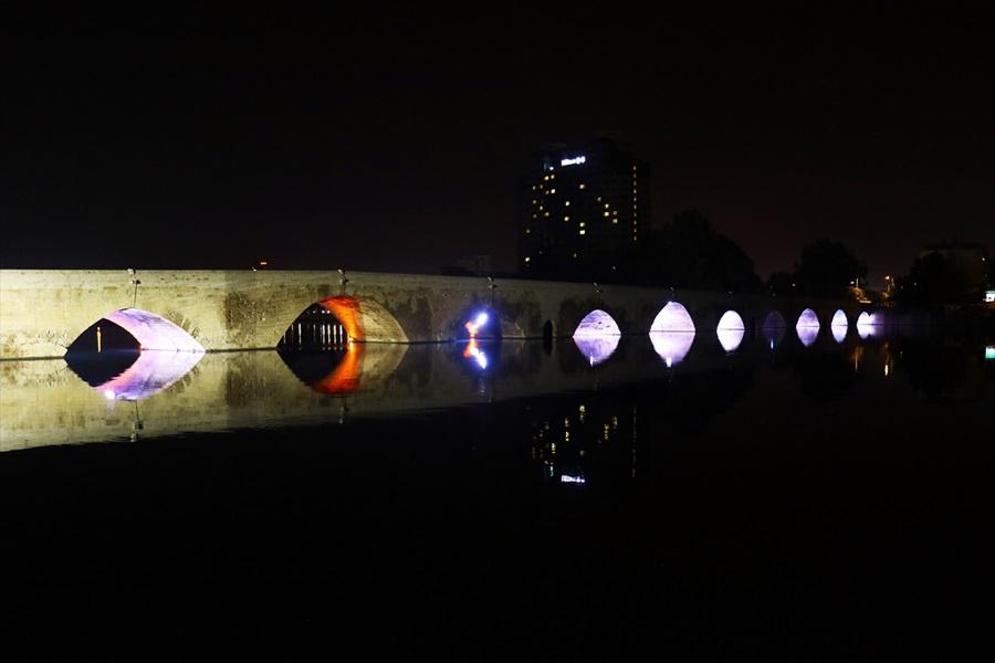 Tarihi Taş Köprü gece bir başka güzel 1