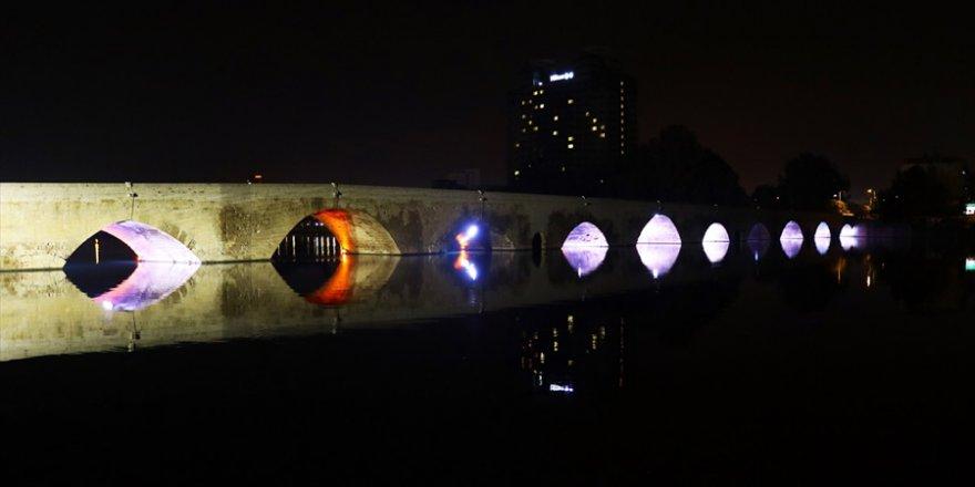 Tarihi Taş Köprü gece bir başka güzel