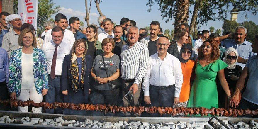 """Adana'da """"tek şişte et pişirme"""" rekoru kırıldı"""