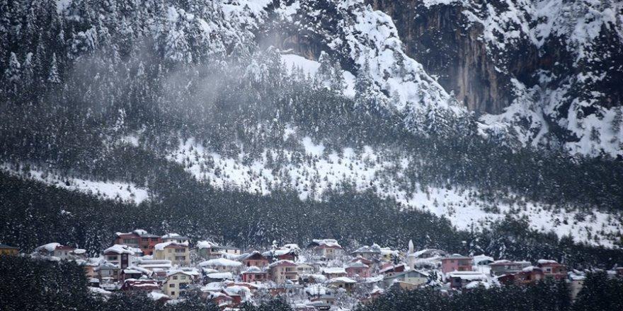 Adana'nın yüksek kesimleri beyaza büründü