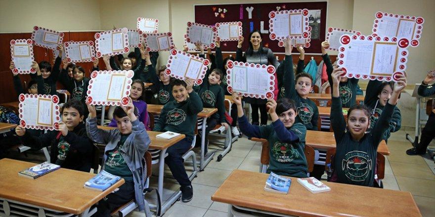 Adana'da öğrenciler karnelerini aldı..