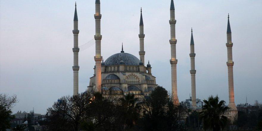 """Regaip Kandili Özel"""" programı Adana Sabancı Merkez Camii'nden canlı"""