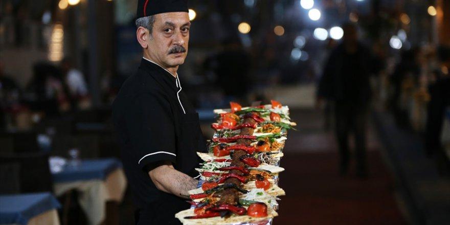 """Farklı sunumuyla Adana'nın """"damak çatlatan"""" lezzeti: Metr"""