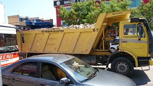 Üstü açık halde hafriyat taşıyan kamyonlar tehlike saçıyor