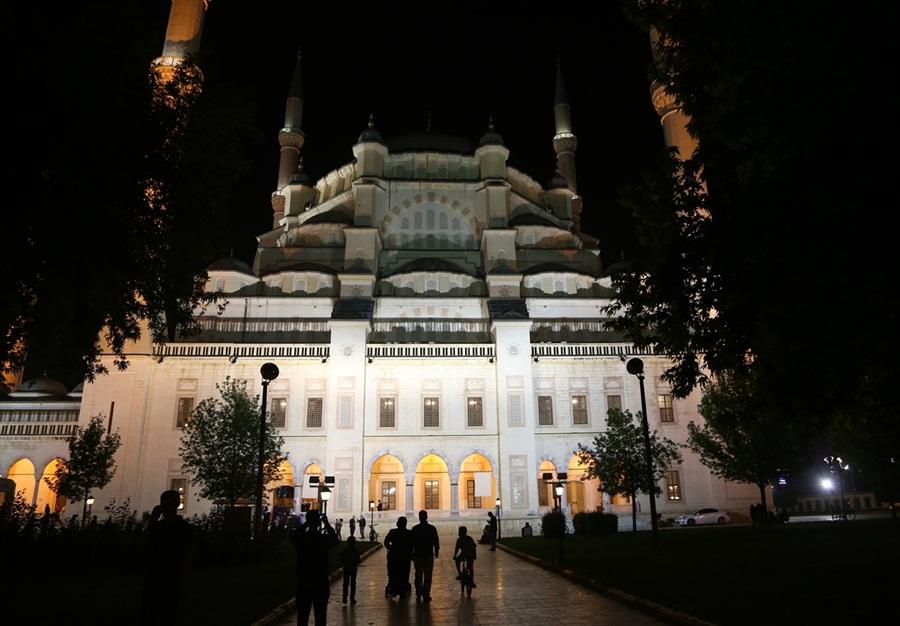 """Regaip Kandili Özel"""" programı Adana Sabancı Merkez Camii'nden canlı yayınla TRT1'de."""