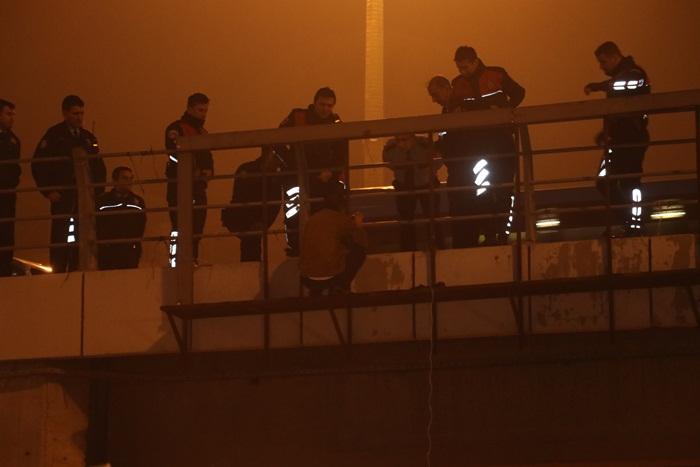 Köprüden atlamaya kalkan şahsı polis kurtardı