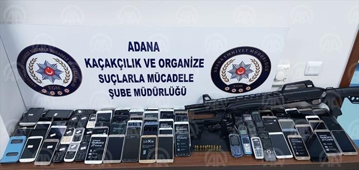 Adana'da, minibüsten gümrük kaçağı cep telefonu ekranları çıktı