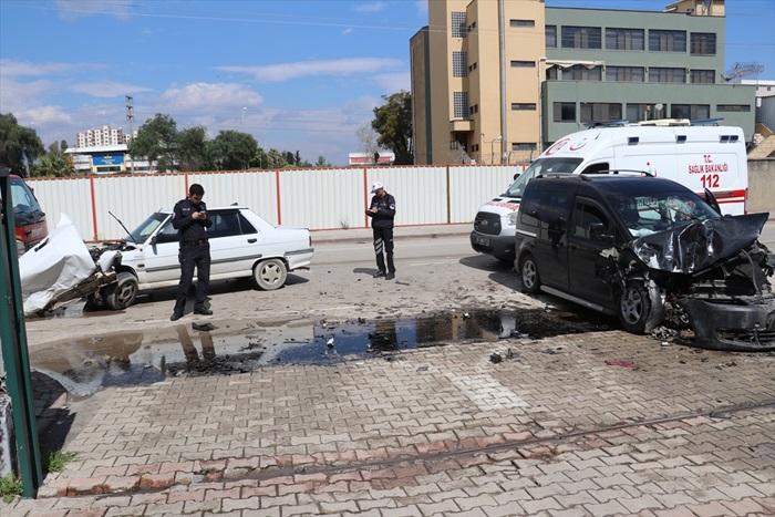 Adana'da iki otomobil çarpıştı: 3 yaralı