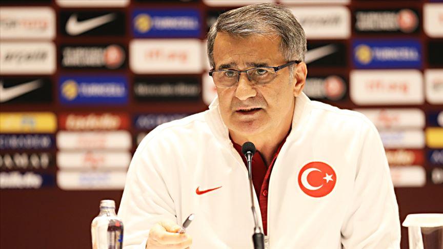 A Milli Futbol Takımı Teknik Direktörü Şenol Güneş'ten 'evde kalın' çağrısı