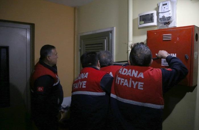 Adana'da darp edilip eve kilitlenen kadın kurtarıldı
