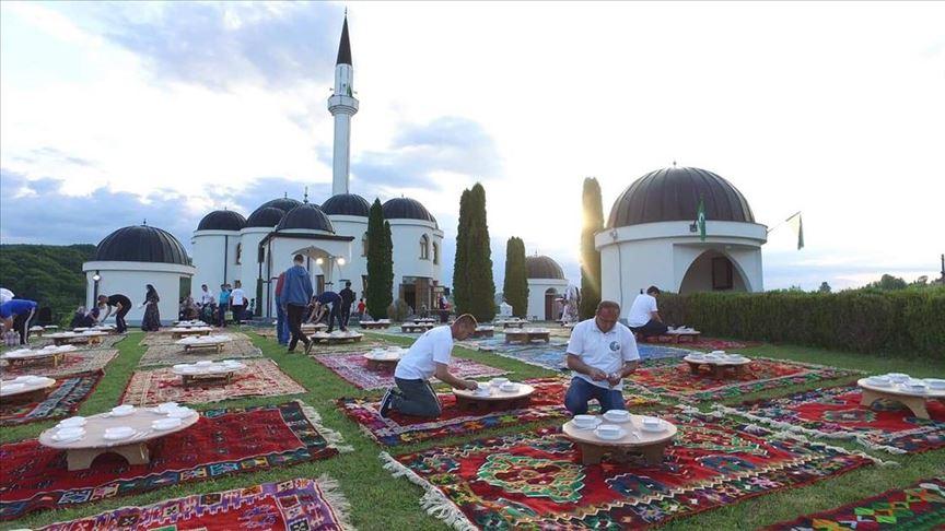 Geleneksel Bosna iftarı çiçekleri andırdı