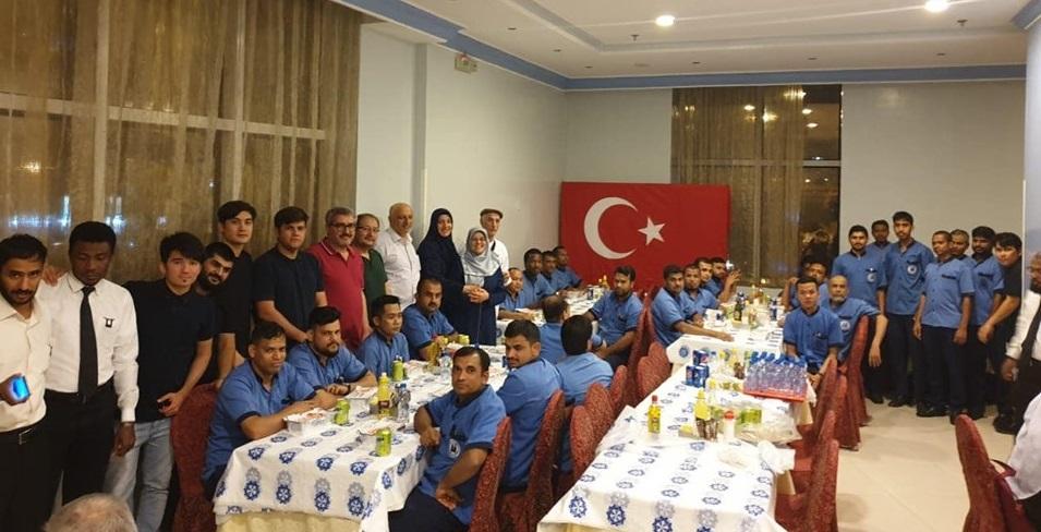 Türkiye'den gelen umreciler konakladıkları otel personeline sahurluk Elbeyk ikram etti.