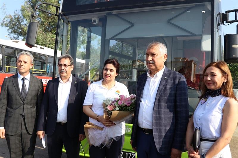 Kalp krizi geçiren yolcuyu hastaneye götüren kadın şoföre ödül