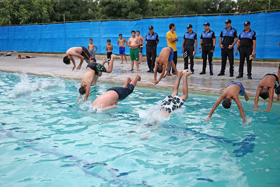 Adana'da polis çocukları sulama kanalından çıkarıp havuza götürdü