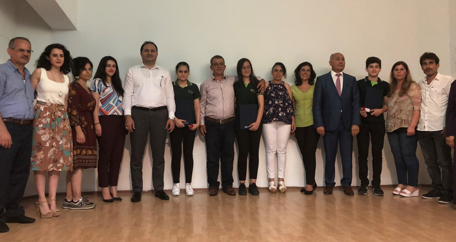 Adana Sakıp Sabancı Ortaokulu'nun Başarılı Mezunlarına Ödül Verildi