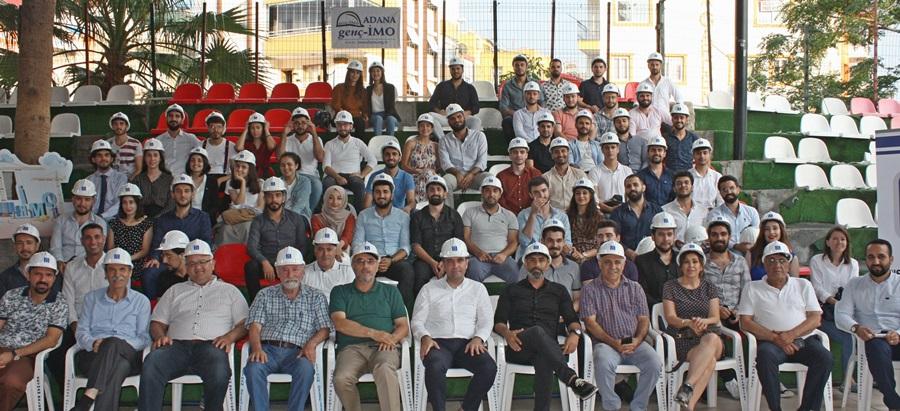 Yeni mezun inşaat mühendisleri baret taktı