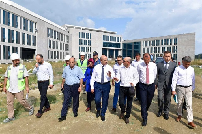 Adana Valisi Demirtaş'tan hastane inşaatında inceleme