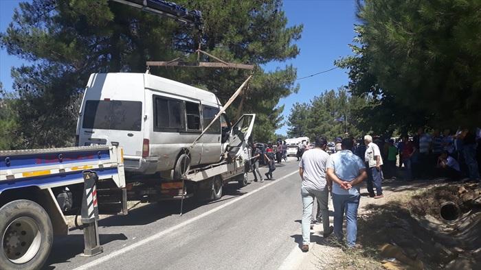 Lastiği patlayan minibüs yayalara çarptı: 2 ölü, 2 yaralı