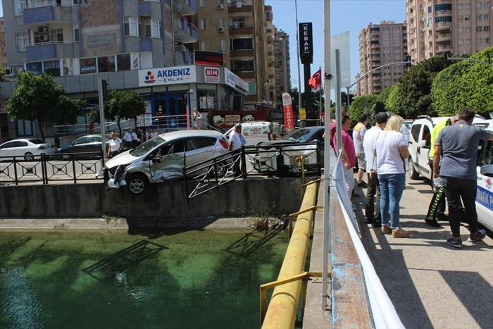 Kazada savrulan otomobilin sulama kanalına düşmesini korkuluk önledi