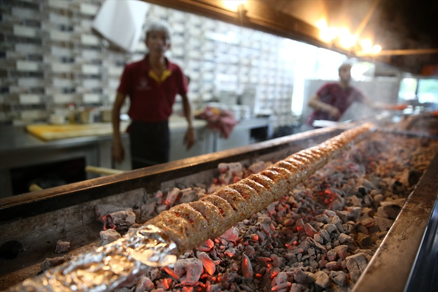 Ahşap şiş Adana kebabına lezzet kattı