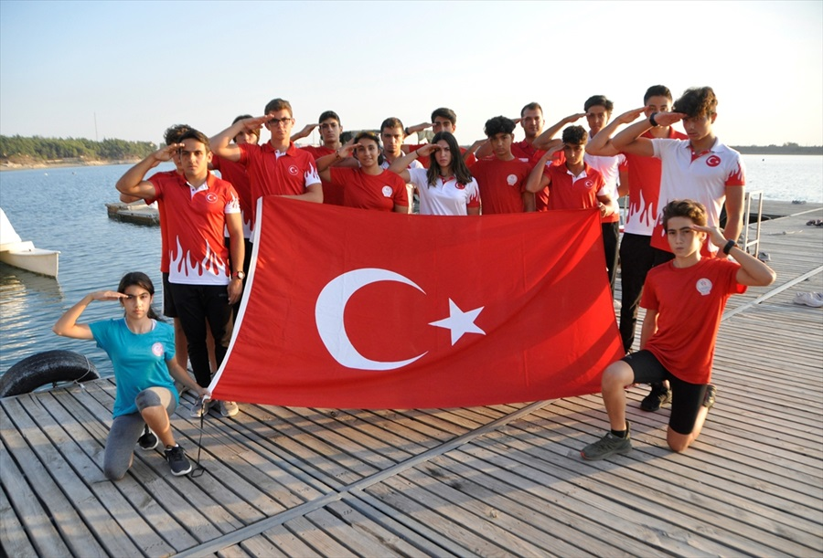 Adana'da genç kanoculardan Barış Pınarı Harekatı'na destek