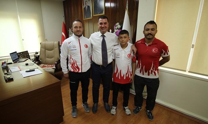 Adanalı Balkan Şampiyonu Güreşçiden Ataşbak'a ziyaret