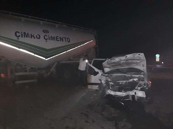 Adana'da kamyonet ile beton mikseri çarpıştı: 4 yaralı