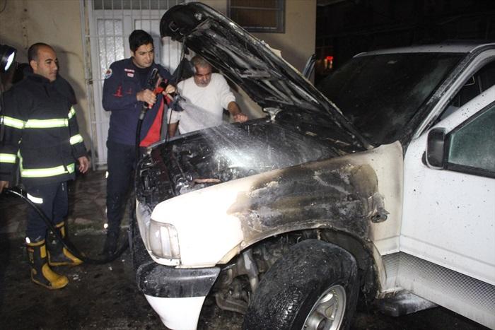 Adana'da park halindeki araç yandı