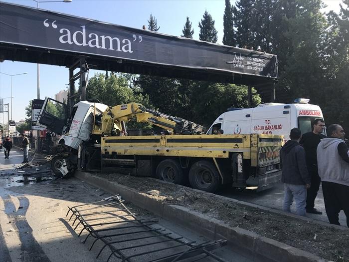 Adana'da kaza yapan vinçte sıkışan baba oğul kurtarıldı