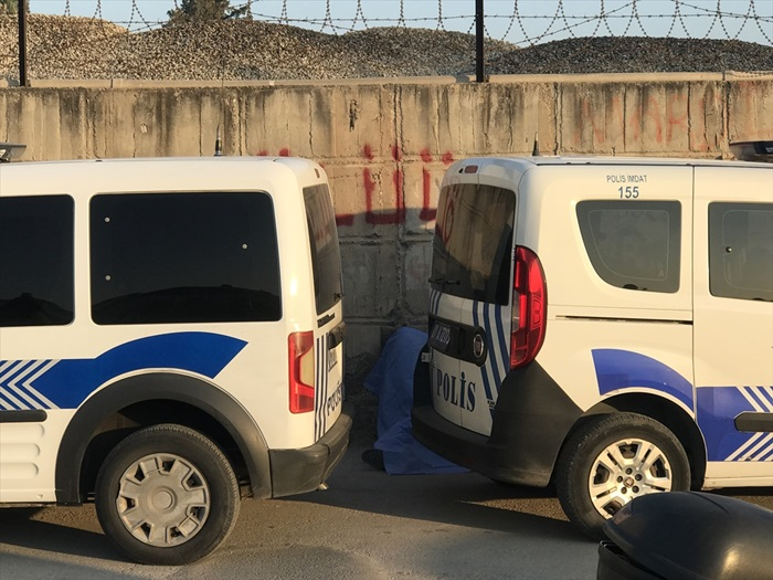 Adana'da yol kenarında ceset bulundu