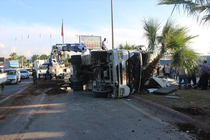 Adana'da çöp yüklü tır devrildi: 2 yaralı
