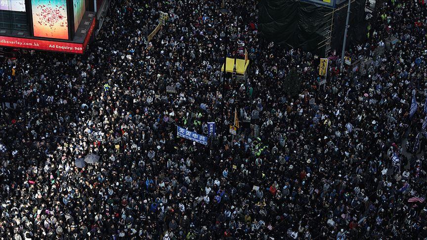 Hong Kong'da demokrasi yanlısı yürüyüşe binlerce kişi katıldı
