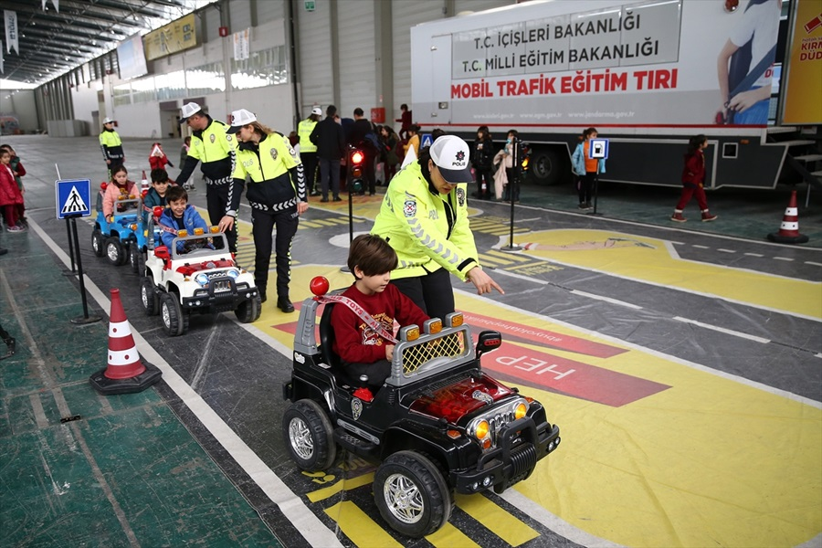 """""""Mobil Trafik Eğitim Tırı"""" ile Adana ve Mersin'de öğrencilere eğitim verildi"""