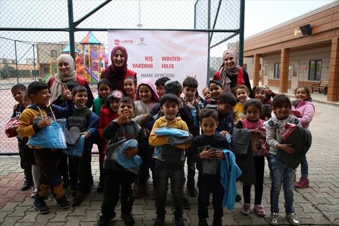 Suriyeli yetimlere giysi yardımı