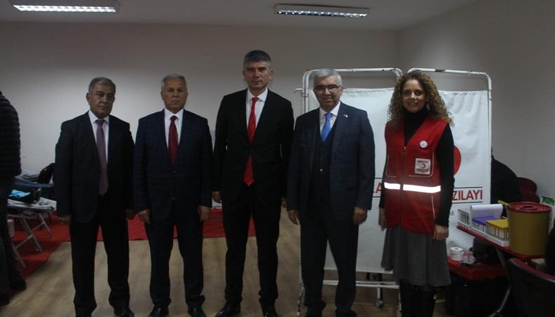 Adana'da ilkokul öğretmenleri ve velilerinden Kızılay'a kan bağışı