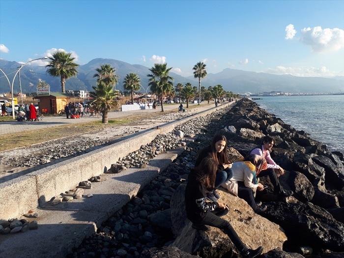 Hataylılar yeni yılın ilk gününde güneşin tadını sahilde çıkardı