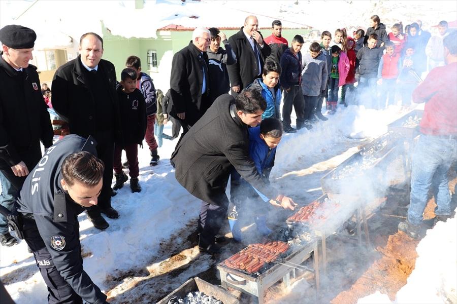 Tufanbeyli Kaymakamı Sevgili'den karnelerini alan öğrencilere sucuk ekmek ikramı