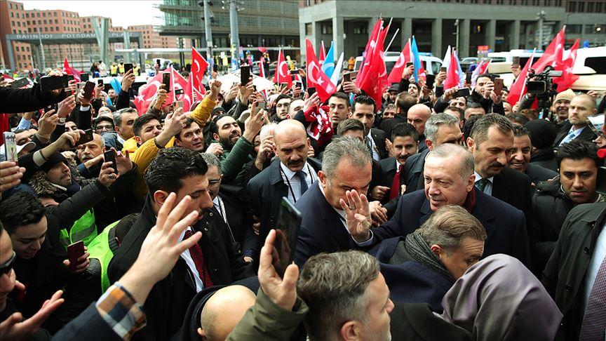 Erdoğan Berlin'de Türklerin sevgi gösterileriyle karşılandı