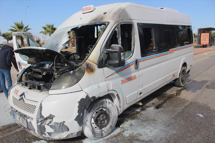 Adana'da seyir halindeyken alev alan yolcu minibüsü kullanılamaz hale geldi