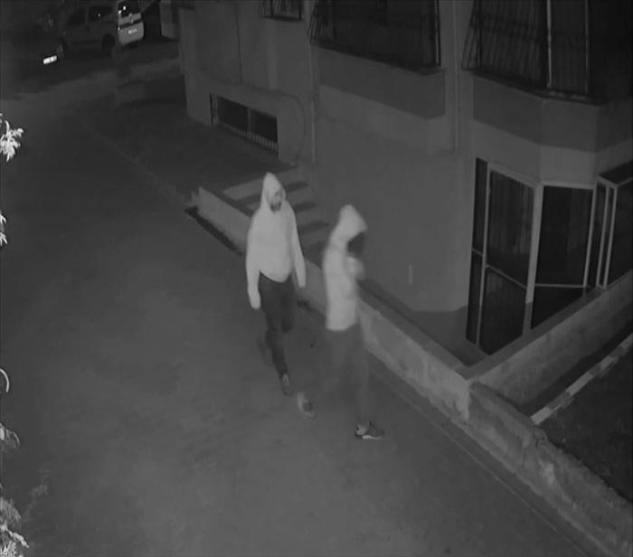 Adana'da evlerden hırsızlık yapan şüpheliler kameraya takıldı