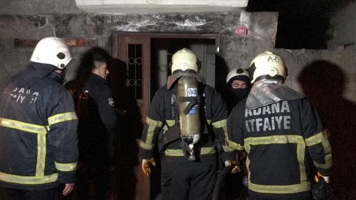 Adana'da evini ateşe verip polise direnen kişi, dumandan bayılınca yakalandı