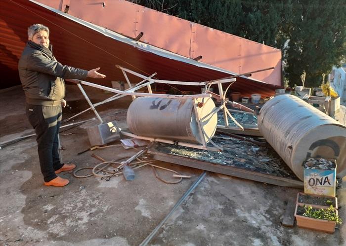 Adana'da kuvvetli rüzgar nedeniyle bazı evlerin çatısı uçtu