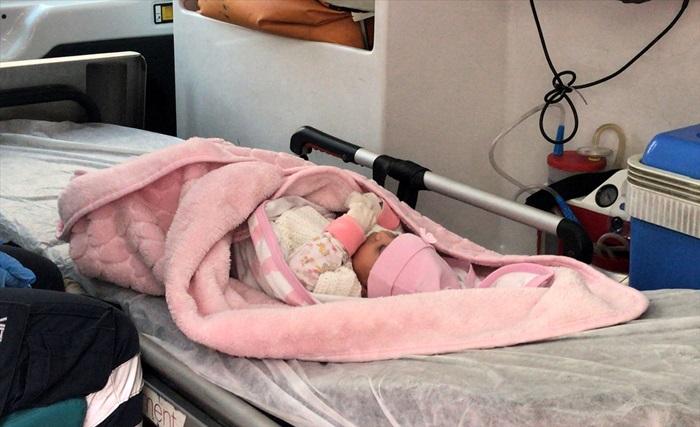 Adana'da 40 günlük bebek kundağına bırakılan notla bir evin önünde bulundu