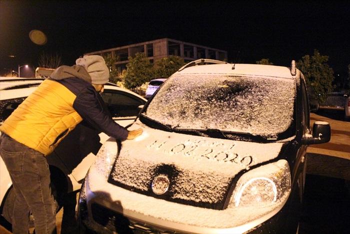 Antakya-Yayladağı kara yolunda kar yağışı nedeniyle ulaşım kontrollü sağlanıyor