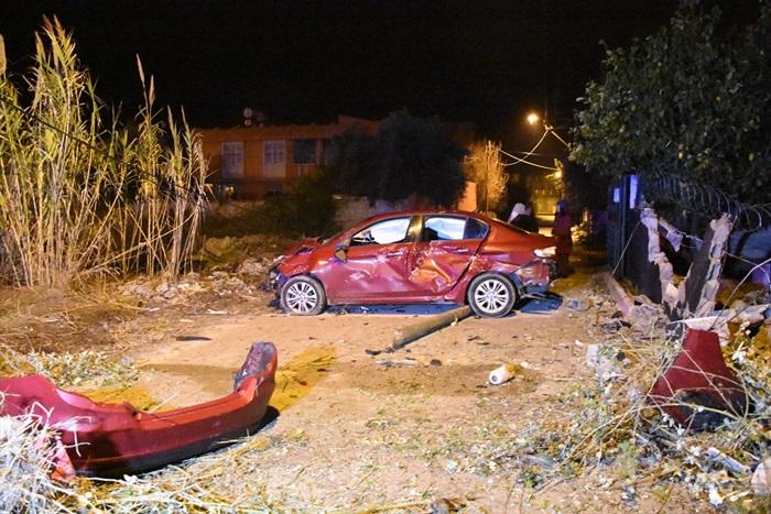 Adana'da kontrolden çıkan otomobil evin bahçe duvarına çarptı: 4 yaralı